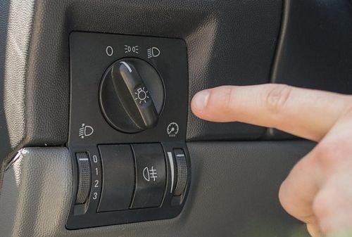 cách bật đèn pha trên ô tô