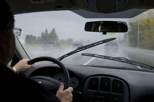 kinh nghiệm lái xe an toàn khi trời mưa