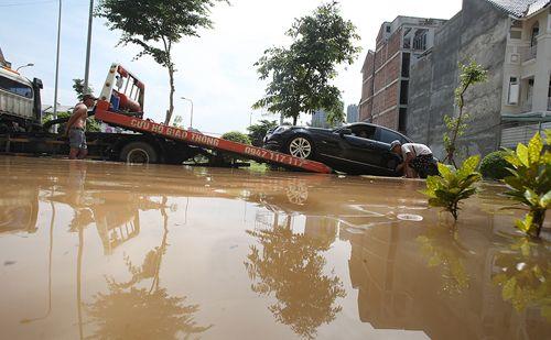 đưa ô tô ngập nước tới gara sửa chữa