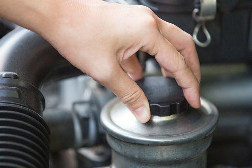 kiểm tra mức dầu trợ lực tay lái